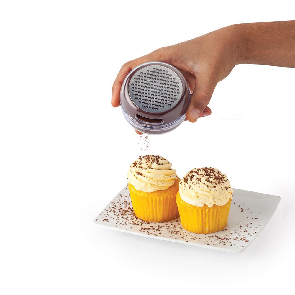 Ralador com polvilhador em acrílico para chocolate Joie 5x7,5cm marrom